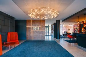 The lobby or reception area at Hôtel Mercure Toulon La Seyne-Sur-Mer