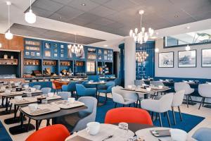 A restaurant or other place to eat at Hôtel Mercure Toulon La Seyne-Sur-Mer