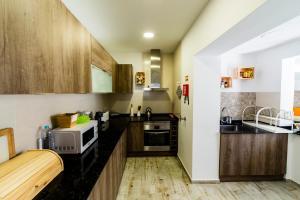 A kitchen or kitchenette at Hostel & Surfcamp 55