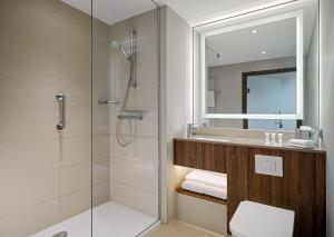 A bathroom at Courtyard by Marriott Gdynia Waterfront