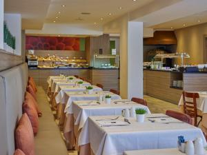 A restaurant or other place to eat at BQ Augusta Hotel