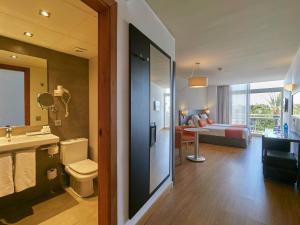 A bathroom at BQ Augusta Hotel