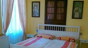 Een bed of bedden in een kamer bij Gästehaus zum Moseltal
