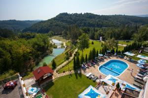 Изглед към басейн в Хотел Релакс КООП или наблизо