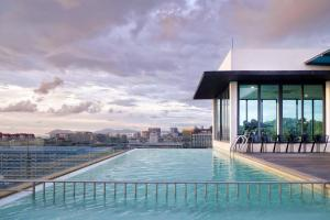 The swimming pool at or close to Cozy Living Sky Apartment