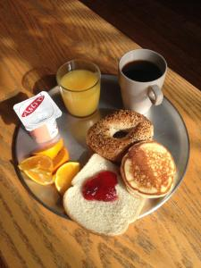 Breakfast options available to guests at Auberge du Plateau