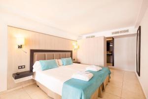 Een bed of bedden in een kamer bij FERGUS Style Bahamas
