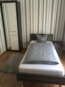 A bed or beds in a room at Pension Sonntag Ferienwohnungen