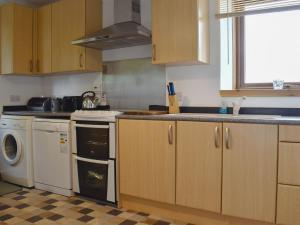 A kitchen or kitchenette at The Palace Cottage