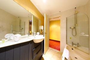 A bathroom at Three Queens Hotel