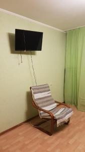 A television and/or entertainment centre at Зелёная квартира метро Силикатная 5 мин
