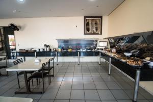 Um restaurante ou outro lugar para comer em Hotel Campo Verde