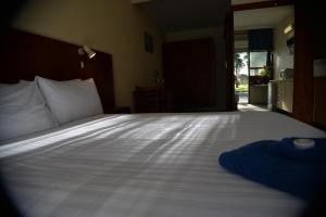 A bed or beds in a room at Ship Inn Motel