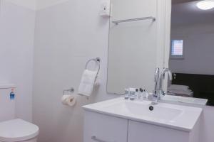 A bathroom at Glasgow Arms Hotel