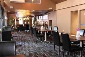 A restaurant or other place to eat at Glasgow Arms Hotel