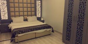 Cama ou camas em um quarto em Emaar Resident Hotel