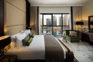 سرير أو أسرّة في غرفة في Millennium Place Dubai Marina