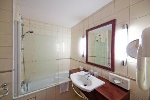 A bathroom at Kyriad Prestige Hotel Clermont-Ferrand