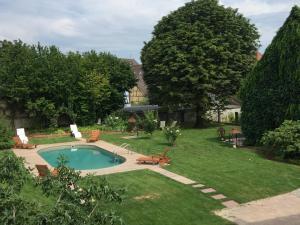 Vue sur la piscine de l'établissement Auberge Saint Laurent ou sur une piscine à proximité