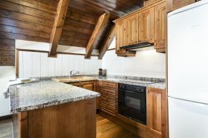 A kitchen or kitchenette at Luderna - Dúplex Val de Ruda C10 Estanh Redond