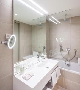 Salle de bains dans l'établissement One Suite Hotel