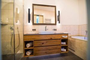 A bathroom at Burg Colmberg Hotel