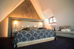 A bed or beds in a room at Burg Colmberg Hotel