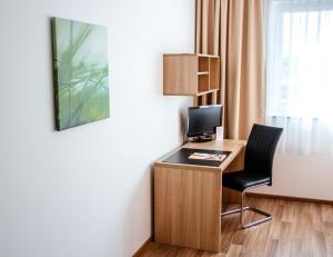 A television and/or entertainment center at Orange Hotel und Apartments