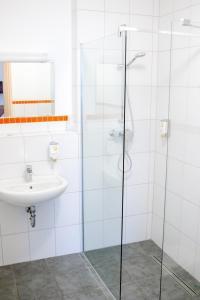 A bathroom at Orange Hotel und Apartments