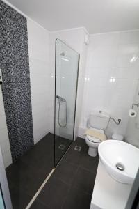 A bathroom at Porto Plazza Hotel