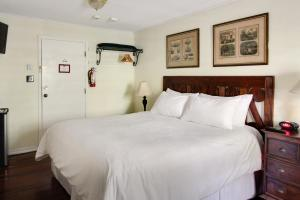 A bed or beds in a room at The Green House Inn