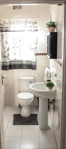 A bathroom at Kunzi Bed & Breakfast
