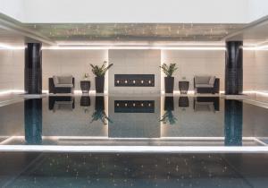 בריכת השחייה שנמצאת ב-The Ritz-Carlton, Moscow או באזור