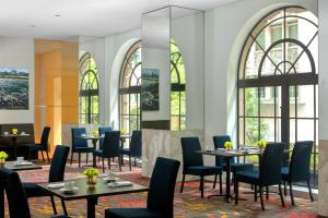 A restaurant or other place to eat at Radisson Blu Plaza Hotel Sydney