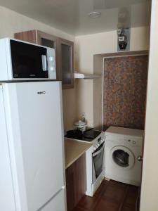 A kitchen or kitchenette at Машиностроителей 10 кв 2