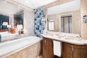 A bathroom at Cascade Wellness Resort