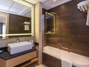 A bathroom at Flora Inn Hotel Dubai Airport