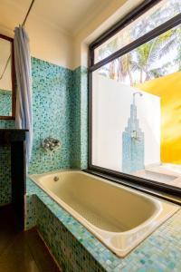 A bathroom at Hotel Bougainvillea Granpa's Inn