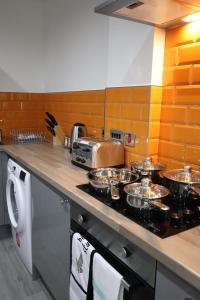 A kitchen or kitchenette at Halifax House, Studio Apartment 214