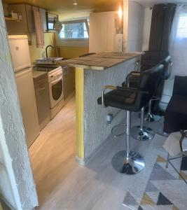 A kitchen or kitchenette at Montmorency appartement