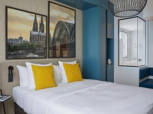 A bed or beds in a room at Hotel Mondial am Dom Cologne MGallery