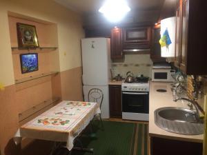 Кухня или мини-кухня в Rooms with Fortetsya View