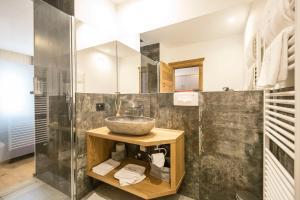 A bathroom at La Bercia Dolomites Chalet