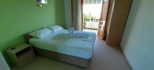 A bed or beds in a room at Pansion Platana