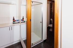 A bathroom at Donald Motor Lodge