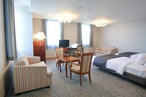 A seating area at Hotel Mielparque Yokohama