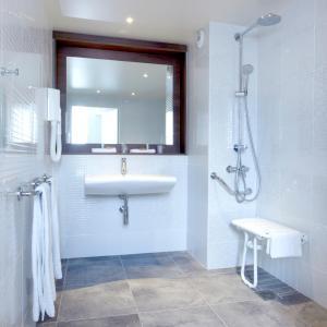 Salle de bains dans l'établissement Campanile Lyon Ouest Tassin