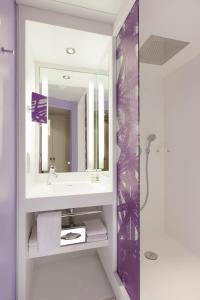 A bathroom at Mercure Paris Centre Tour Eiffel