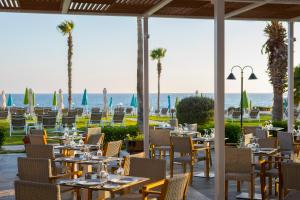 A restaurant or other place to eat at Leonardo Cypria Bay