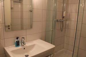 A bathroom at Hotel am Viktualienmarkt